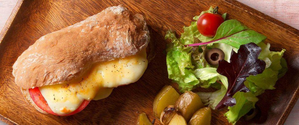 グリルトマトとチーズフレッシュサラダ添えプレート by toshifoto