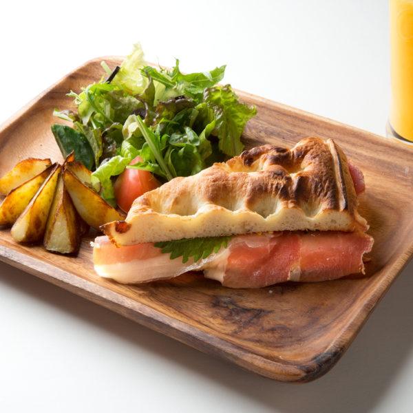 プロシュットと大葉、柚子のココナッツ風味サンドイッチ